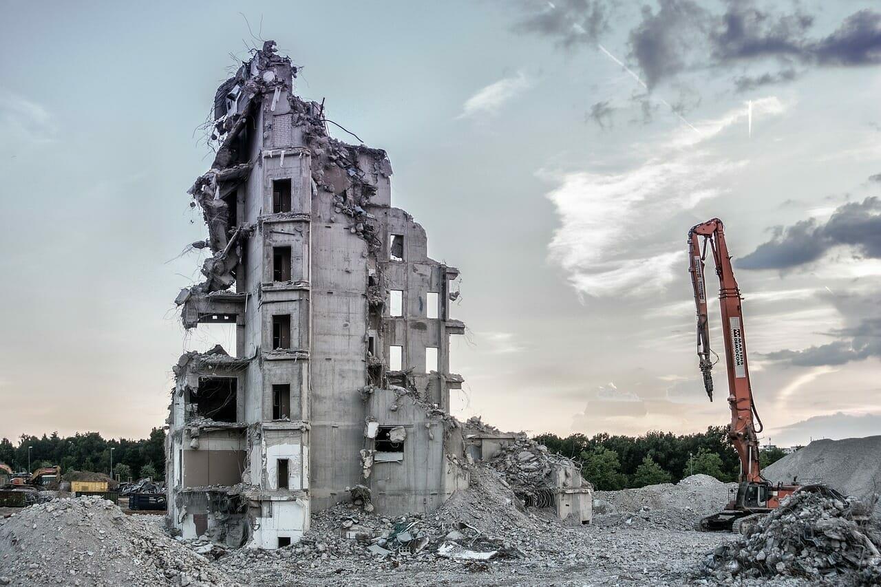 sbagliato distruggere edifici